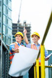 Travailleurs de la construction indonésiens asiatiques sur le chantier Photographie stock