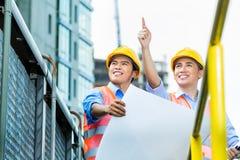 Travailleurs de la construction indonésiens asiatiques sur le chantier Photographie stock libre de droits