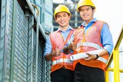 Travailleurs de la construction indonésiens asiatiques sur le chantier Image libre de droits