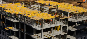 Travailleurs de la construction installant montant le coffrage horizontal dessus photo libre de droits