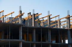 Travailleurs de la construction installant montant le coffrage horizontal sur le site de construction de bâtiments image stock