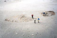 Travailleurs de la construction (miniatures) sur le plancher en béton Images libres de droits
