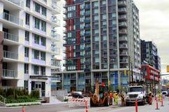 Travailleurs de la construction par l'équipement lourd Images libres de droits