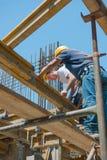 Travailleurs de la construction plaçant des faisceaux de coffrage Image libre de droits
