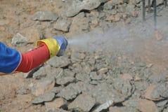 Travailleurs de la construction pulvérisant le traitement chimique d'anti termite au chapeau de pile Photos libres de droits
