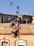 Travailleurs de la construction rénovant la façade d'une vieille maison Image libre de droits