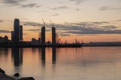 Travailleurs de la construction de silhouette fabriquant la barre en acier de renfort au chantier de construction Baku Azerbaijan photographie stock libre de droits