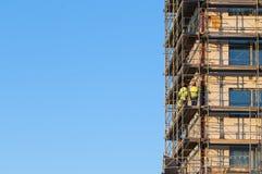 Travailleurs de la construction sur l'échafaudage Images libres de droits