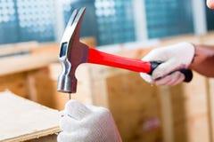 Travailleurs de la construction sur la boîte en bois de fin de site Photos stock