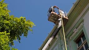 Travailleurs de la construction sur la plate-forme hydraulique Photographie stock libre de droits
