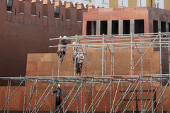 Travailleurs de la construction sur le mur Photo libre de droits