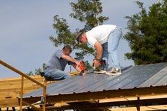Travailleurs de la construction sur le toit Photographie stock libre de droits