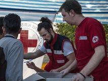 Travailleurs de la Croix-Rouge de la Serbie Crveni Krst Srbije fournissant l'aide à la frontière entre la Serbie et la Croatie pe image stock