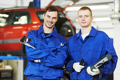 Travailleurs de mécanicien automobile de dépanneur Photo stock