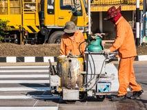 Travailleurs de marquage routier au travail Image libre de droits