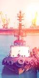 Travailleurs de remorqueur dans le port maritime Deux hommes dans le lieu de travail photos libres de droits