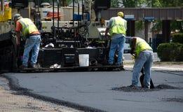 Travailleurs de route avec l'asphalte chaud Image libre de droits