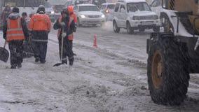 Travailleurs de service collectif et neige de dégagement de Front End Wheel Loader de route banque de vidéos
