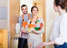 Travailleurs de service de femme et de nettoyage photo stock