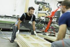 Travailleurs de sexe masculin dans une usine image libre de droits