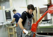 Travailleurs de sexe masculin dans une usine photos libres de droits