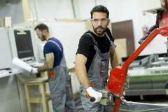 Travailleurs de sexe masculin dans une usine photo libre de droits