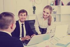 Travailleurs de sourire d'affaires tenant des documents photo stock