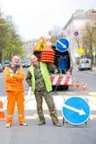 Travailleurs de sourire de technicien d'inscription de poteau de signalisation Image stock