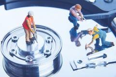 Travailleurs de technicien réparant le lecteur de disque dur Concept de service informatique photo stock