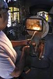Travailleurs de verre de blowery sur le four Photo libre de droits