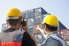 travailleurs discussion et pointage pour l'inspection Image libre de droits