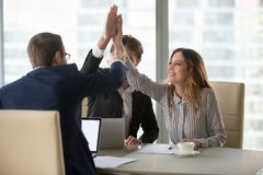 Travailleurs donnant la haute cinq motivant pour le succès images stock