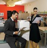 Travailleurs employant l'iol de machine de copie image libre de droits