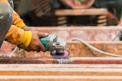 Travailleurs en acier rectifiant dans la métallurgie Photos libres de droits