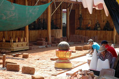 Travailleurs en service au site de rénovation Photo stock