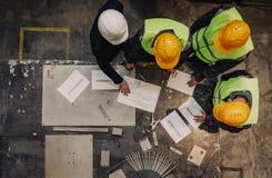 Travailleurs et directeur avec des documents Images libres de droits