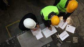 Travailleurs et directeur avec des documents banque de vidéos