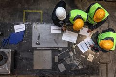 Travailleurs et directeur avec des documents photo stock