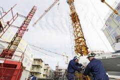 Travailleurs et grues de bâtiment Image stock