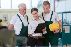 Travailleurs et surveillant d'entrepôt Images stock
