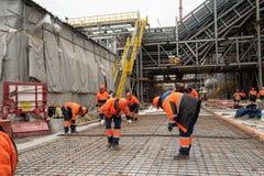 Travailleurs faisant la base dans l'usine chimique photos stock