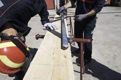 Travailleurs faisant une chute pour des éboulements en cas de tremblements de terre photographie stock libre de droits