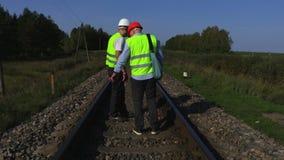 Travailleurs ferroviaires sur des rails banque de vidéos