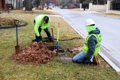 Travailleurs fixant la fuite sur le mètre d'eau et creusant la boue très humide le jour froid à Tulsa l'Oklahoma Etats-Unis 2 22  photo stock