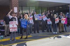 Travailleurs frappant dehors de l'arrêt et du magasin à Cromwell, le Connecticut image stock