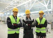 Travailleurs heureux dans l'usine Photos libres de droits
