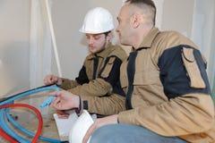 Travailleurs inspectant des matériaux d'abord images libres de droits