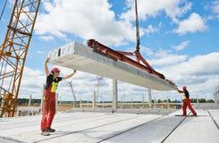 Travailleurs installant la dalle en béton Image libre de droits