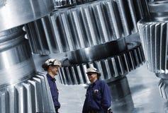 Travailleurs, mécanique avec des roues dentées et vitesses images stock