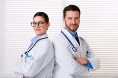 Travailleurs médicaux se tenant dos à dos photos libres de droits